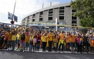 """Catalan separatists form a human chain to mark the """"Diada de Catalunya"""" (Catalunya's National Day) in front of the Nou Camp stadium in Barcelona September 11, 2013. REUTERS/Gustau Nacarino"""