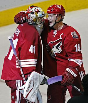 Coyotes goalie Smith scores in 5-2 win over Wings