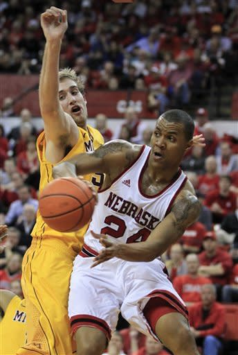 Brandon Ubel leads Nebraska past Minnesota, 53-51