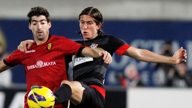 Atletico Madrid&#39;s Filipe Luis and Mallorca&#39;s Javier Arizmendi fight for the ball (Reuters)
