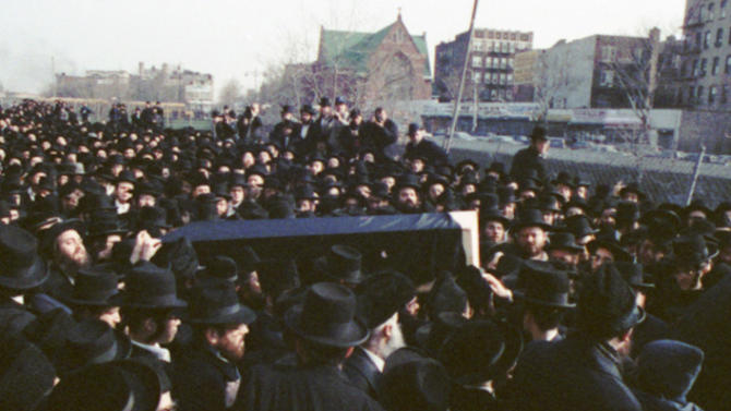 FILE- In this Feb. 12, 1990 file photo, mourners estimated in the thousands carry the coffin bearing the remains of Rabbi Haskel Werzberger in the Williamsburg section of the Brooklyn borough of New York. David Ranta, the man convicted for Werzberger's 1990 murder, is expected to appear in a New York courtroom on Thursday, March 21, 2013, where a judge will rule on a defense motion to vacate his second-degree murder conviction. (AP Photo/Mark D. Phillips, File)
