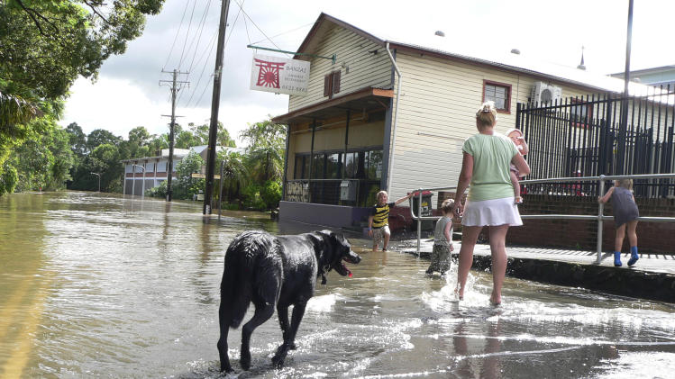 Australian floods peaking; thousands in shelters