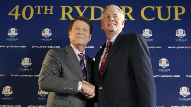 Tom Watson, left, poses for a picture with PGA of America president Ted Bishop during a news conference in New York, Thursday, Dec. 13, 2012.  The Americans are bringing back Watson as their Ryder Cup golf captain with hopes of ending two decades of losing in Europe. (AP Photo/Seth Wenig)