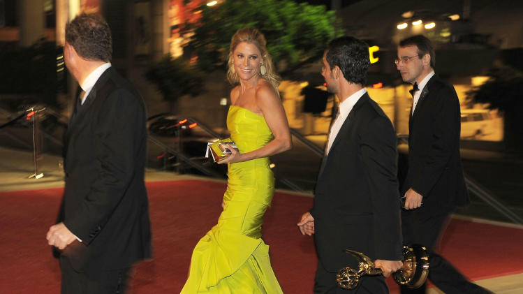 "Julie Bowen, center, winner of the award for outstanding supporting actress in a comedy series for ""Modern Family,"" arrives at the 64th Primetime Emmy Awards Governors Ball on Sunday, Sept. 23, 2012, in Los Angeles. (Photo by Chris Pizzello/Invision/AP)"