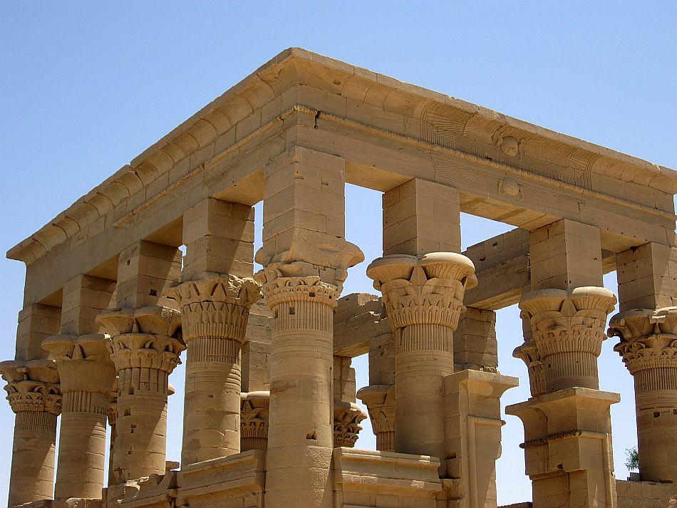 http://l2.yimg.com/bt/api/res/1.2/jpWGxhE7wCD3Bv0U9HgBQg--/YXBwaWQ9eW5ld3M7Zmk9Zml0O2g9NzEzO3E9ODU7dz05NTA-/http://l.yimg.com/os/401/2012/05/14/The-beautiful-Phillae-temple-smilling-upto-the-sun-JPG_094922.jpg