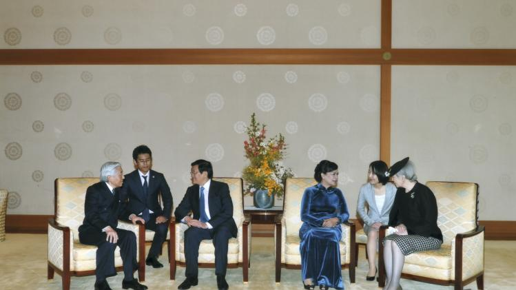 Vietnam's President Truong Tan Sang and his wife Mai Thi Hanh talk Japan's Emperor Akihito and Empress Michiko at the Imperial Palace in Tokyo