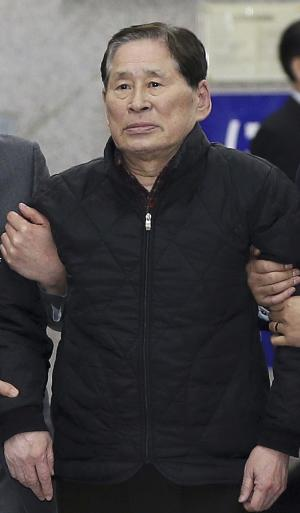 In this April 17, 2014 photo, Kim Han-sik, president of Chonghaejin, is escorted by helpers to hold a press conference at Incheon Port International Passenger Terminal in Incheon, South Korea. South Korean prosecutors on Thursday, May 8, 2014 detained Kim, the head of the company that owns the ferry that sank last month, over an allegation of cargo overloading.(AP Photo/Yonhap) KOREA OUT
