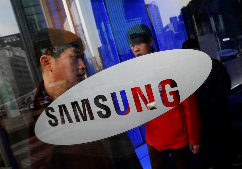 Corrected - Samsung talks to BlackBerry about $7.5 billion buyout - source