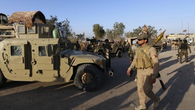 Iraqi security forces and Shi'ite fighters gather in Salahuddin province
