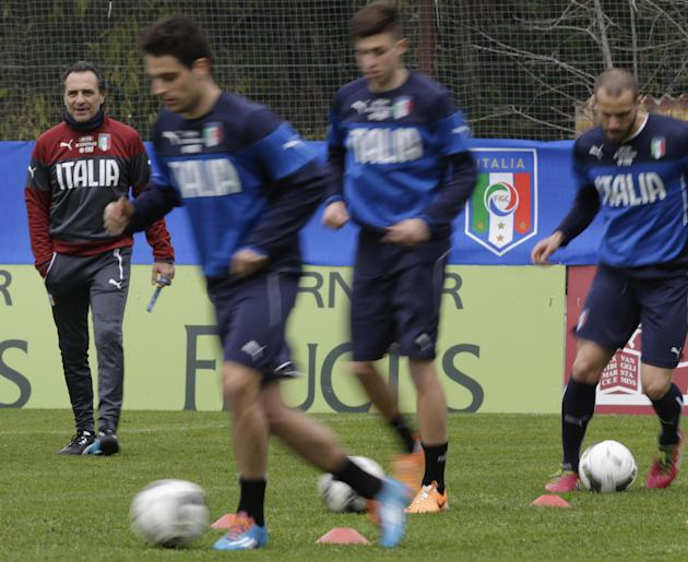 Italy's coach Cesare Prandelli, left, looks at the players during a training session in Rome,  Tuesday March 11, 2014. With three months to go before the World Cup in Brazil,  Prandelli called up