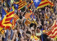 """Catalan separatist flags are waved as a crowd forms a human chain to mark the """"Diada de Catalunya"""" (Catalunya's National Day) in central Barcelona September 11, 2013. REUTERS/Albert Gea"""