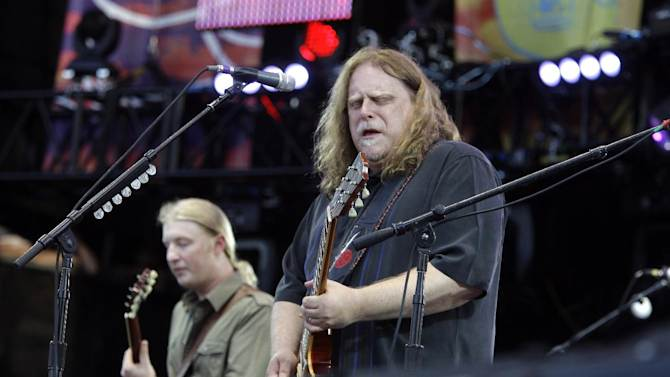 FILE - In this June 26, 2010 file photo, Warren Haynes, right, performs with Derek Trucks during the Crossroads Guitar Festival in Chicago. Haynes and Trucks are leaving the Allman Brothers Band at the end of the year. A statement released by the band's spokeswomen Wednesday, Jan. 8, 2014, says the guitarists are leaving the band to spend more time with their families. (AP Photo/Kiichiro Sato, File)