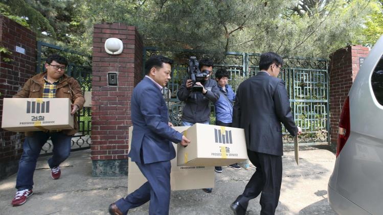 Officials from the Incheon District Prosecutors' office carry boxes during a raid of the home of Yoo Byung-un, in Seoul