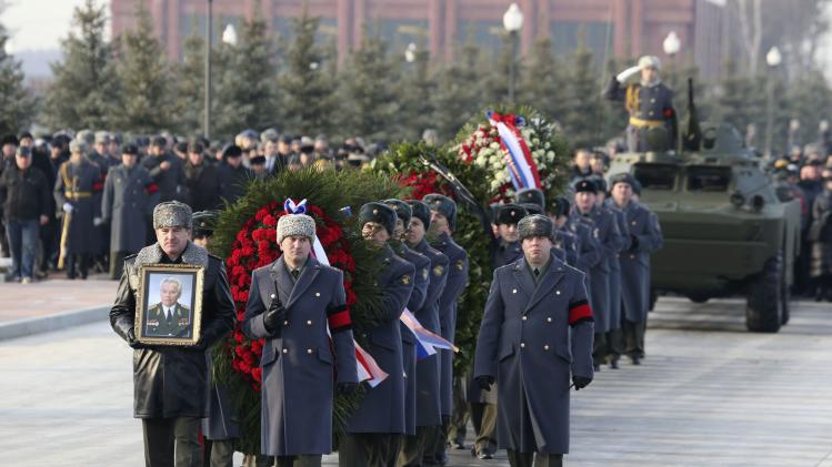Military personnel take part in the funeral of Mikhail Kalashnikov in Mytischi outside Moscow