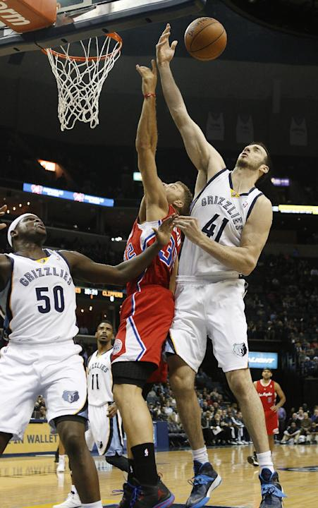 Los Angeles Clippers forward Blake Griffin (32) tries to stop a shot between Memphis Grizzlies center Kosta Koufos (41) and forward Zach Randolph (50) in the first half of an NBA basketball game on Th