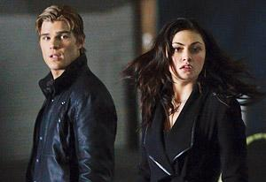 Chris Zylka and Phoebe Tonkin | Photo Credits: Michael Courtney/The CW