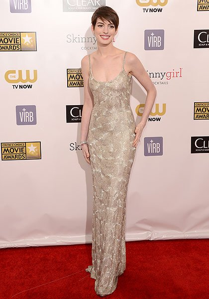 "Anne Hathaway: We're a bit disappointed with the Oscar de la Renta gown the ""Les Miserables"" (and Oscar Best Supporting Actress nominee) wore. Where's the drama? Hathaway tones it down a lot in the sl"