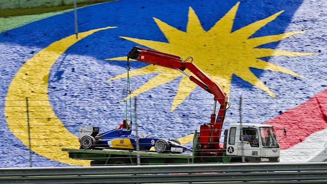 SUKI095. Sepang (Malaysia), 29/03/2015.- The car of Swedish Formula One driver Marcus Ericsson of Sauber F1 Team is removed from the track after he crashed out during the 2015 Formula One Grand Prix of Malaysia at the Sepang Circuit in Sepang, Malaysia, 29 March 2015. (Malasia) EFE/EPA/SRDJAN SUKI