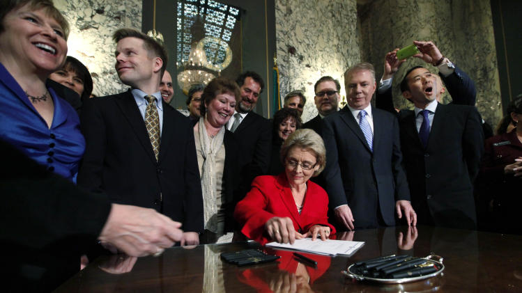 Washington gov signs gay marriage bill into law