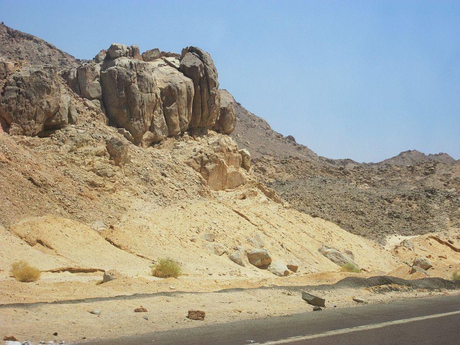 http://l2.yimg.com/bt/api/res/1.2/ky3R7FXmkJXOsKZ9aCW5kA--/YXBwaWQ9eW5ld3M7Zmk9Zml0O2g9NzEzO3E9ODU7dz05NTA-/http://l.yimg.com/os/401/2012/05/14/Enroute-to-Hurghada-from-Luxor-JPG_094855.jpg