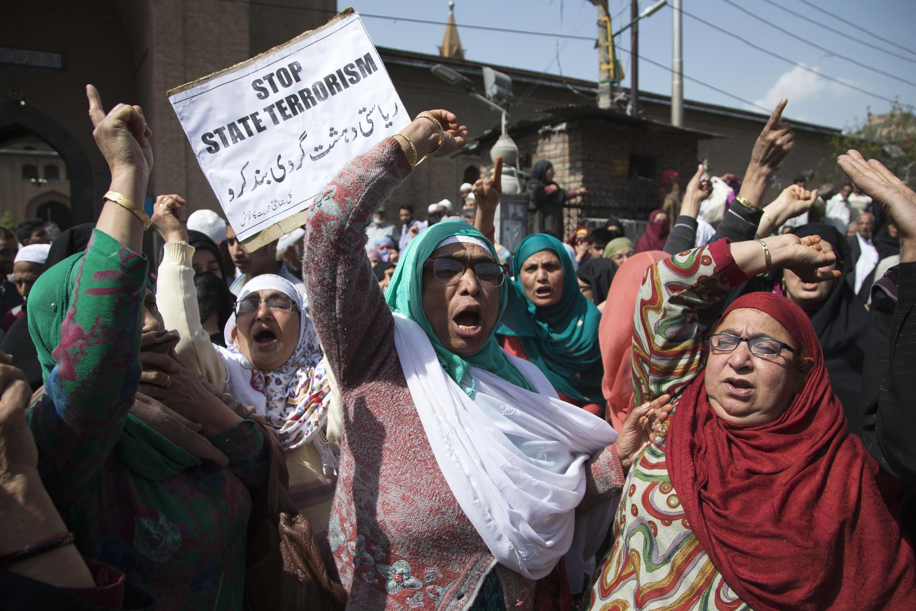 Indian troops fire at Kashmir protesters; teenager killed