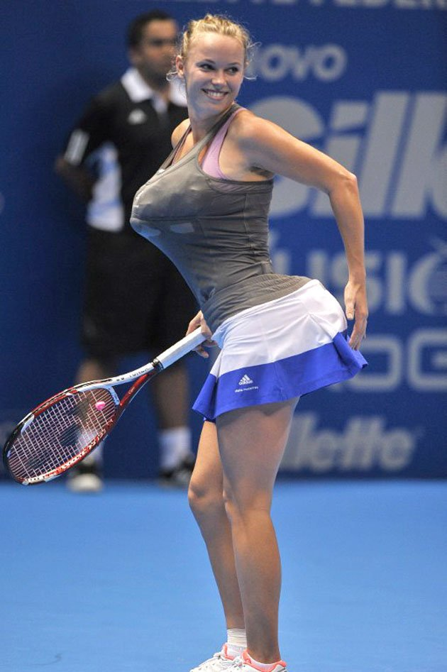 Caroline Wozniacki does her best impression of Serena Williams (Photo: Eurosport)