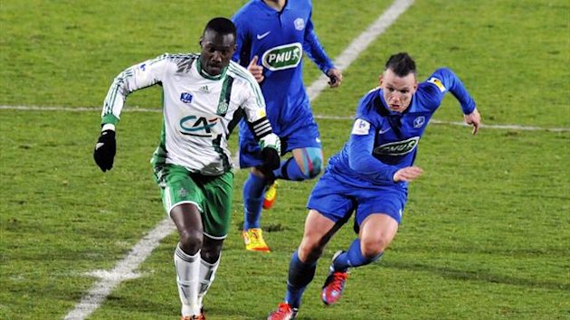 Saint-Etienne&#39;s French midfielder Josuha Guilavogui (L) vies with Meaux&#39;s Raphael Lacaille (R)