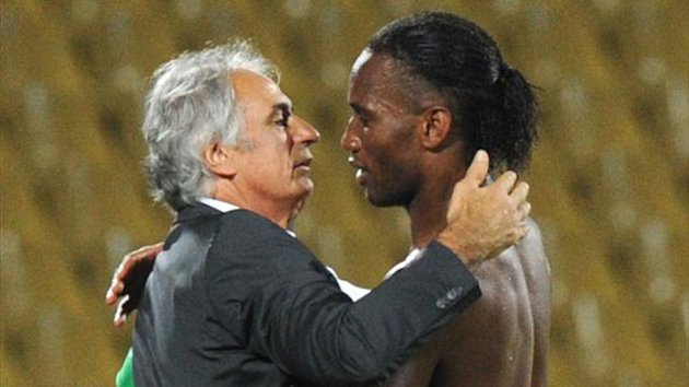 Ivory Coast forward Didier Drogba (R) greets Algeria coach Vahid Halilhodzic during the 2013 African Cup of Nations Group D football match between Algeria and Ivory Coast in Rustenburg on January 30, 2013 (AFP)