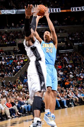 Duncan, Spurs escape with 100-99 win over Nuggets