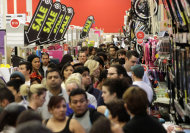 Fiumana di gente in occasione del Black Friday (Reuters)