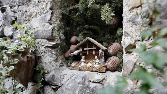 LUC02. Luceram (France), 20/12/2014.- A nativity scene sits in a wall during the 17th Nativity Scenes exhibition in the street of Luceram, southeastern France, 20 December 2014. This exhibition of Christmas cribs runs from 01 December to 11 January 2014. (Francia) EFE/EPA/SEBASTIEN NOGIER