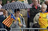 """A woman holds an """"Estelada"""" (Catalonia separatist flag) flag as she attends a ceremony to mark the """"Diada de Catalunya"""" (Catalunya's National day) in central Barcelona September 11, 2013. REUTERS/Gustau Nacarino"""