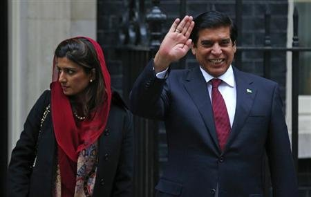 Pakistan&#39;s Prime Minister Raja Pervez Ashraf (R), waves as he leaves with Foreign Minister Hina Rabbani Khar, after their meeting with Britain&#39;s Prime Minister David Cameron at Number 10 Downing Street in London February 12, 2013. REUTERS/Andrew Winning