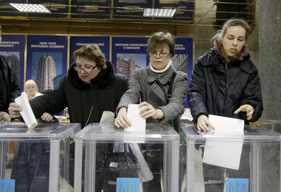 Ukrainians cast their ballots at a polling station in Kiev, Ukraine, Sunday, Oct. 28, 2012. Voters in Ukraine are choosing a new parliament Sunday. (AP Photo/Efrem Lukatsky)
