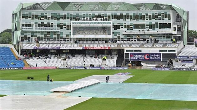 The covers were still in place at the scheduled start time of 10.15am