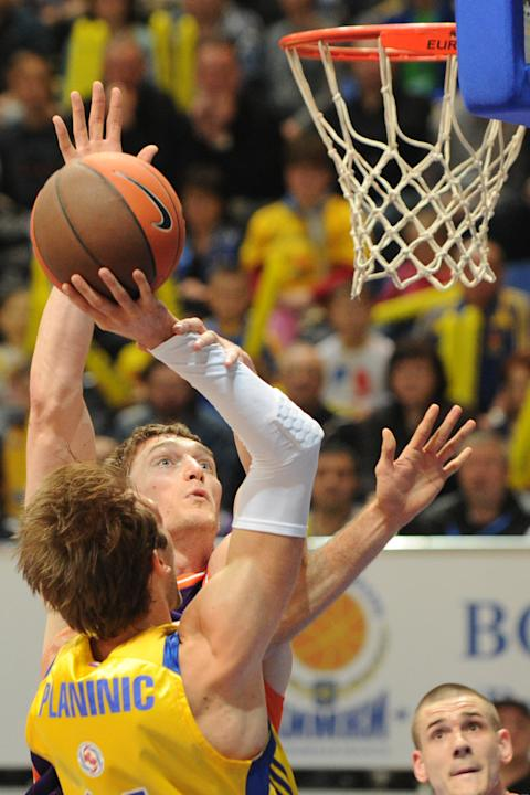 Valencia's Serhiy Lishchuk vies with BC Khimki's Zoran Planinic (L) during the Eurocup final basketball match between BC Khimki and Valencia in Khimki, outside Moscow on April 15, 2012.    AFP PHOTO /