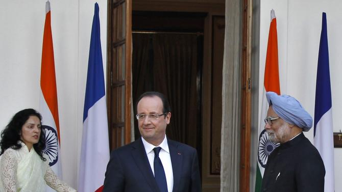 France's President Hollande and India's PM Singh leave after a photo opportunity ahead of their meeting in New Delhi