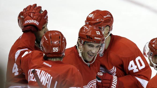 Zetterberg leads Red Wings in 5-2 win over Flyers