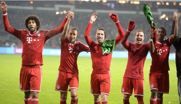 Bayern Munich's Dante, Rafinha, Ribery, Goetze and Alaba wave to supporters after their German Bundesliga first division soccer match against Werder Bremen in Bremen