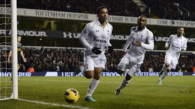 Tottenham Hotspur&#39;s Aaron Lennon (L) celebrates with team mates Jermain Defoe and Clint Dempsey after scoring a goal against Liverpool during their English Premier League  match at White Hart Lane