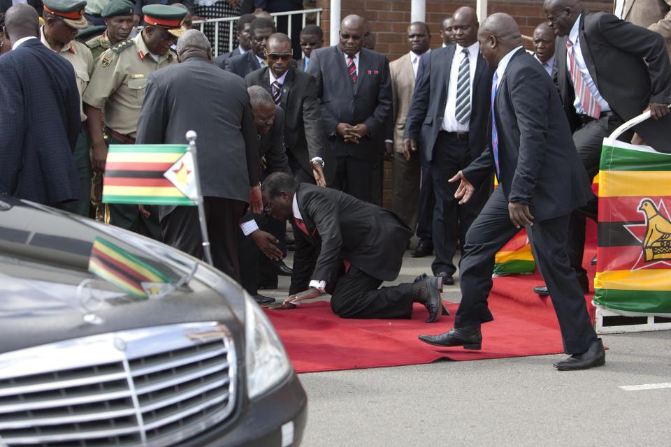 Naija Leak: Zimbabwe President Robert Mugabe Falls Down