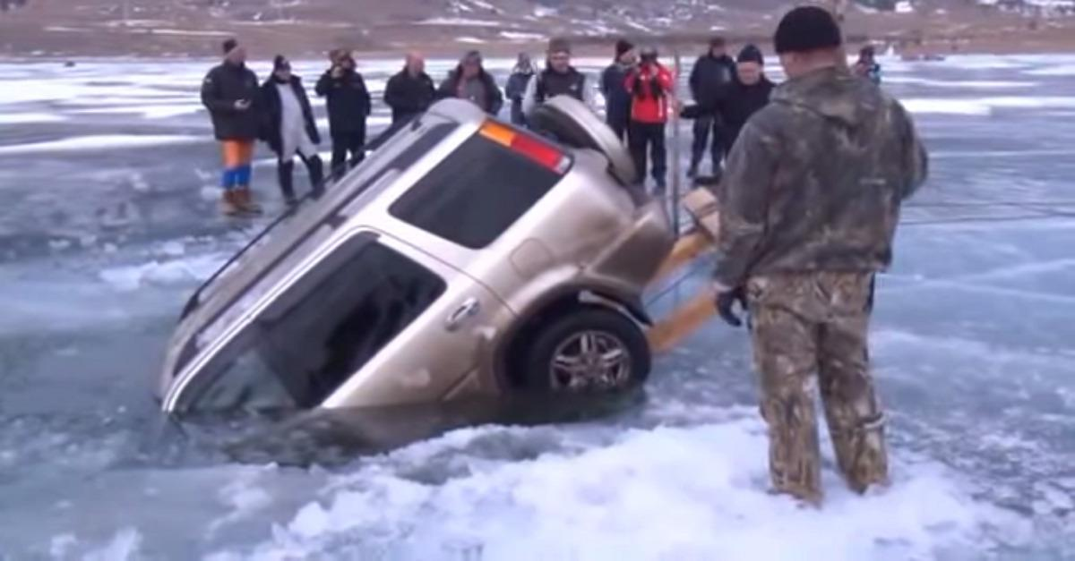 Genius! See How Russians Remove a Sunken Car