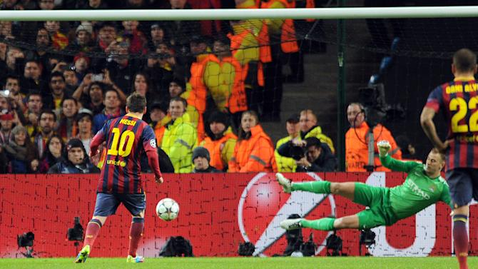Barcelona's Lionel Messi, left, scores the first goal of the game for his side from a penalty during their Champions League Round of 16 soccer match against Manchester City at the Etihad Stadium in Manchester, England, Tuesday, Feb. 18, 2014. (AP Photo/Clint Hughes)