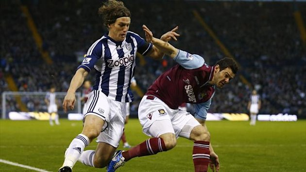 West Bromwich Albion's Billy Jones (L) challenges West Ham United's Matt Jarvis (Reuters)