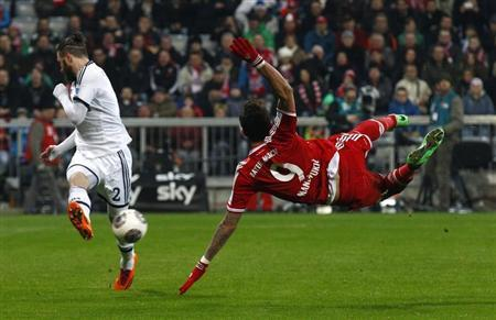 Bayern Munich's Mandzukic tries to score against Schalke 04's Hoogland during their German Bundesliga first division soccer match in Munich