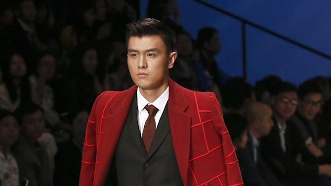 ROL08. Beijing (China), 29/03/2015.- A model presents a creation from the Sundance Cup China Relaxed Business Wear design competition during the Mercedes-Benz China Fashion Week at the 751D Park in Beijing, China, 29 March 2015. The fashion week runs until 31 March. (Moda) EFE/EPA/ROLEX DELA PENA