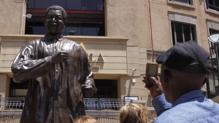South Africa minister visits Mandela in hospital