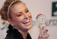 U.S. singer Anastacia holds the Women's Artist Award during the Women's World Awards gala in Vienna March 5, 2009. REUTERS/Christian Bruna