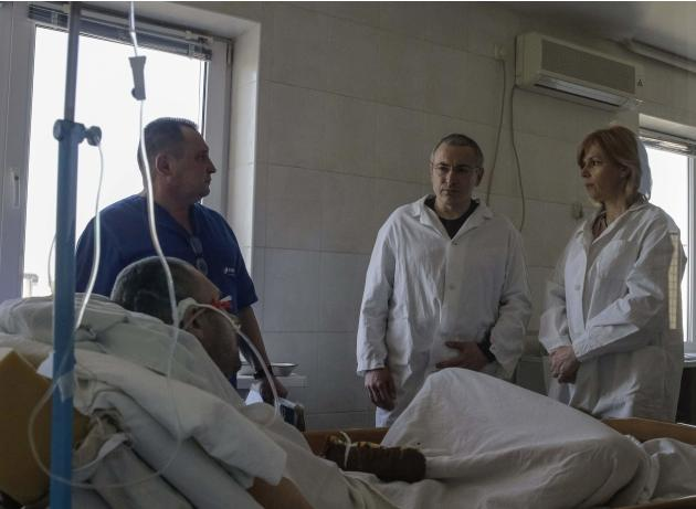 Former Russian oil tycoon Mikhail Khodorkovsky visits a wounded police officer at a hospital in Kiev