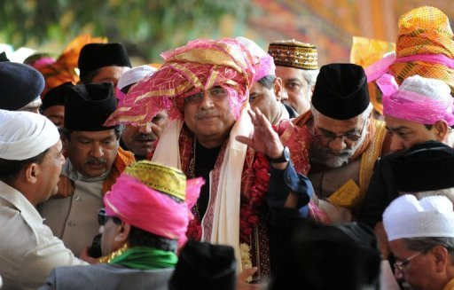 <p>Pakistan President Asif Ali Zardari (centre) visits a Sufi shrine in Ajmer in April. The Pakistani government Tuesday asked the Supreme Court to withdraw orders over reopening corruption cases against the president in a legal wrangle which has already cost one prime minister his job.</p>